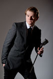 Mann mit Retro- Mikrofon Stockbilder