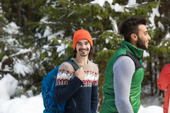 Mann mit Rucksack-Leute-Gruppen-Schnee-Forest Young Friends Walking Outdoor-Winter Lizenzfreie Stockfotografie
