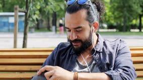 Mann mit Rucksack und Kopfhörern in Stadt 15 stock video
