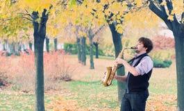 Mann mit Saxophon Stockfotos
