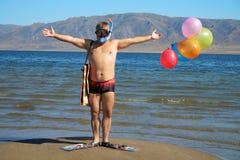 Mann mit Schablone, Flippern und Ballonen ist Gruß Stockfotografie