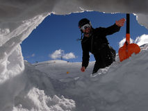 Mann mit Schaufel vom Schneeloch Stockfotos