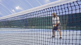 Mann mit Schlägerwartezeit der Tennisball stock footage