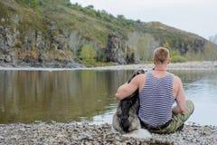Mann mit Schlittenhund Lizenzfreies Stockfoto