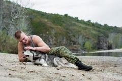 Mann mit Schlittenhund Lizenzfreie Stockfotos