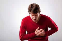 Mann mit Schmerz in der Brust Lizenzfreies Stockfoto