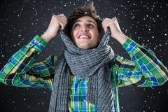 Mann mit Schnee auf Hintergrund Winterkommen Stockbild