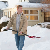Mann mit Schneeschaufel Lizenzfreie Stockbilder