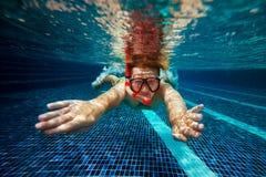 Mann mit Schnorchelmaske und -rohr schwimmt im Swimmingpool stockfoto
