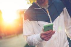 Mann mit Schreibentext des Handys und Gehen auf die Straße Stockfoto