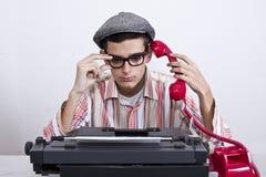 Mann mit Schreibmaschine bei der Arbeit Lizenzfreie Stockbilder