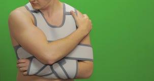 Mann mit Schulterverletzung Krankenschwester macht Stichel von den Schmerz Verbandfestlegungsschulter stock video