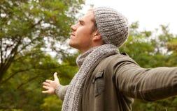 Mann mit Schutzkappe und Schal lizenzfreie stockbilder