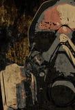 Mann mit Schutzmaske auf dunklem Metallplattenhintergrund Stockbilder