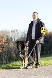 Mann mit seinem Blindenhund Lizenzfreie Stockfotografie