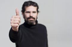 Mann mit seinem Daumen oben lizenzfreies stockbild