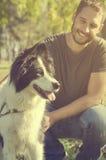 Mann mit seinem Hund Stockfoto