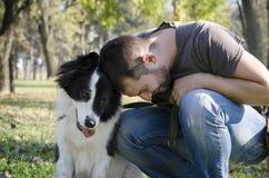 Mann mit seinem Hund Stockfotografie