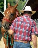 Mann mit seinem Pferd Lizenzfreie Stockfotos