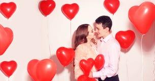 Mann mit seinem reizenden Schatzmädchenkuß am Valentinstag des Liebhabers Valentine Couple Verbinden Sie Kuss und Umarmung stockbild