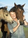 Mann mit seinen Pferden Stockbild
