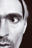 Mann mit silbernem Lack auf seinem Gesicht Stockbild