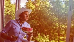 Mann mit smarphone und Cowboyhut stockfotografie