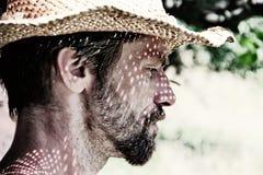 Mann mit Sommer-Hut stockfotos
