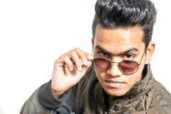 Mann mit Sonnenbrille lizenzfreie stockbilder