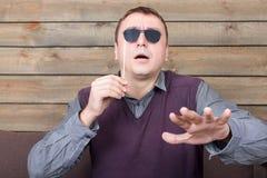 Mann mit Sonnenbrille stellt die blinde Person dar Lizenzfreie Stockbilder