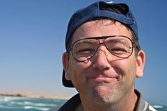 Mann mit Sonnenbrillen ohne Objektive innen Stockbild