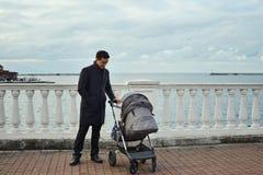 Mann mit Spaziergänger Lizenzfreie Stockbilder