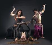 Mann mit Spitze, Frau mit Schild - Ritualszene Stockfotografie