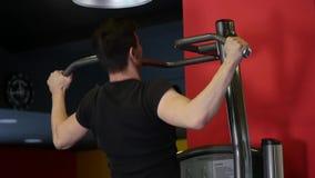 Mann mit Sport stellen das Handeln von Übung auf Simulator in der Turnhalle dar stock video