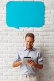 Mann mit Sprache-Blasen Lizenzfreie Stockfotos