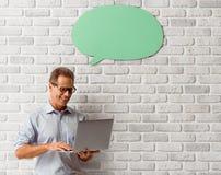 Mann mit Sprache-Blasen Lizenzfreies Stockfoto