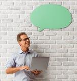 Mann mit Sprache-Blasen Lizenzfreie Stockbilder