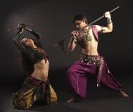 Mann mit Stange, Frau mit Schild - kämpfen Sie Szene Lizenzfreies Stockfoto