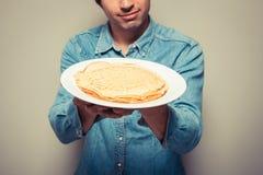Mann mit Stapel Pfannkuchen Stockfotografie