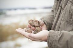 Mann mit Steinen stockbilder
