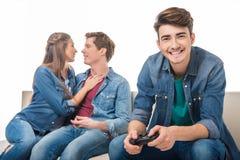 Mann mit Steuerknüppel und jungen Paaren lizenzfreies stockbild