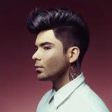 Mann mit stilvollem Haarschnitt Stockbild