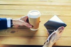 Mann mit Tablet-Computer-Lesenachrichten am Motning im Cafégeschäft lizenzfreie stockbilder