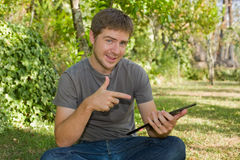 Mann mit Tablette Lizenzfreie Stockbilder