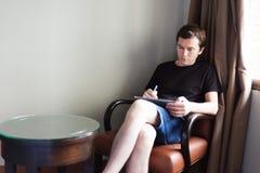 Mann mit Tablette Lizenzfreie Stockfotografie