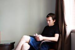 Mann mit Tablette Stockfotografie