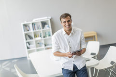 Mann mit Tablette im Büro Lizenzfreies Stockbild