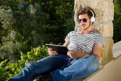Mann mit Tablette PC Lizenzfreie Stockfotos