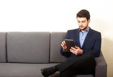 Mann mit Tablette PC Lizenzfreies Stockbild