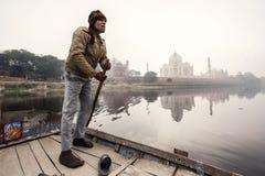 Mann mit Taj Mahal Palace auf Hintergrund Stockfotografie